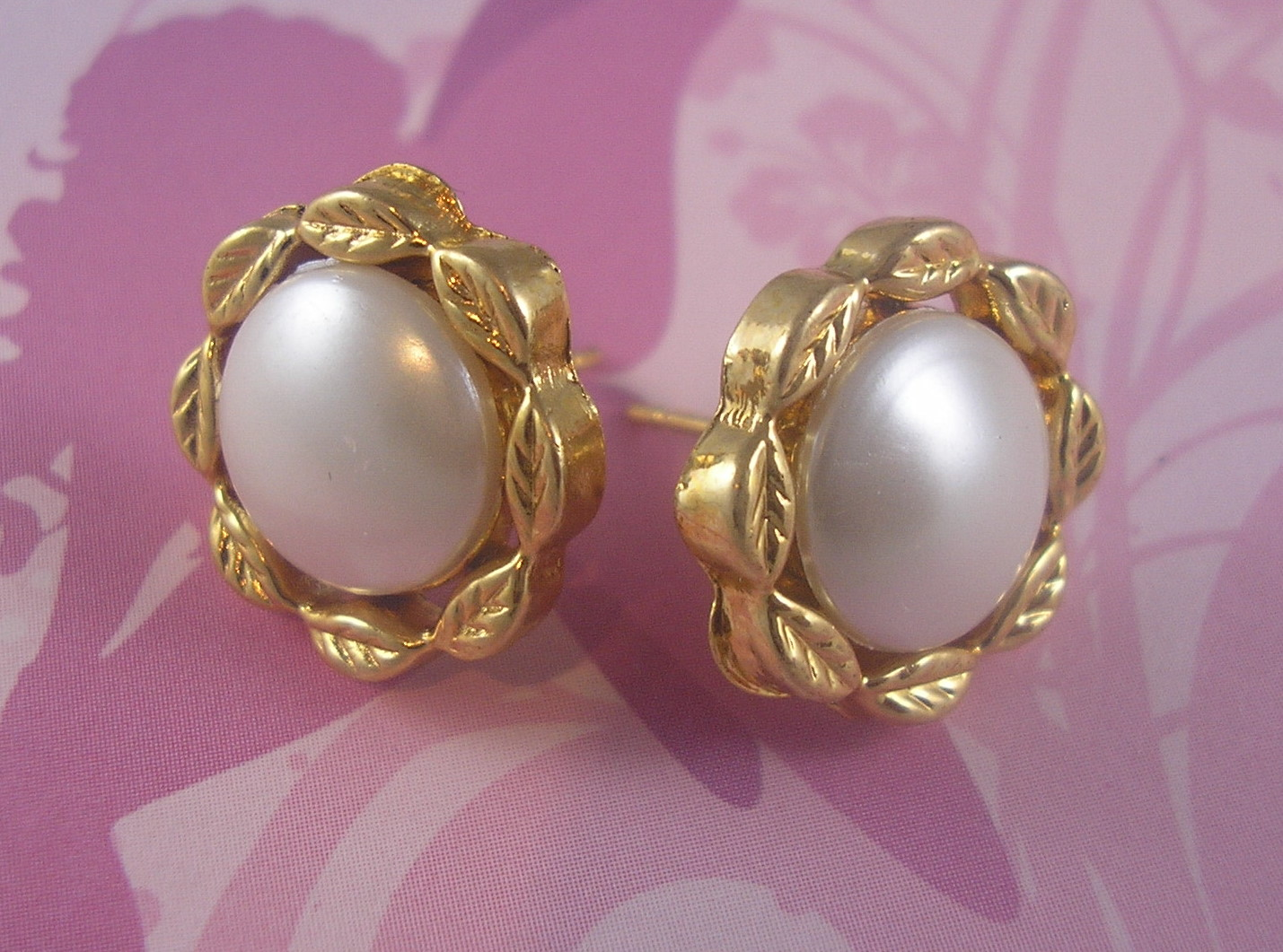 vintage-80s-earrings.-round-pearl-gold-leaf-studs.-2591-p